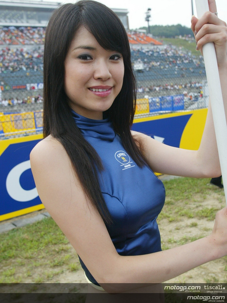 Umbrella girl 16 Motegi Japan 2004 MotoGP - Photo